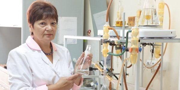 Лаборант проводит экспертизу воды