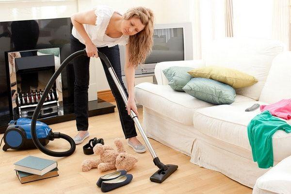 Женщина убирается в квартире